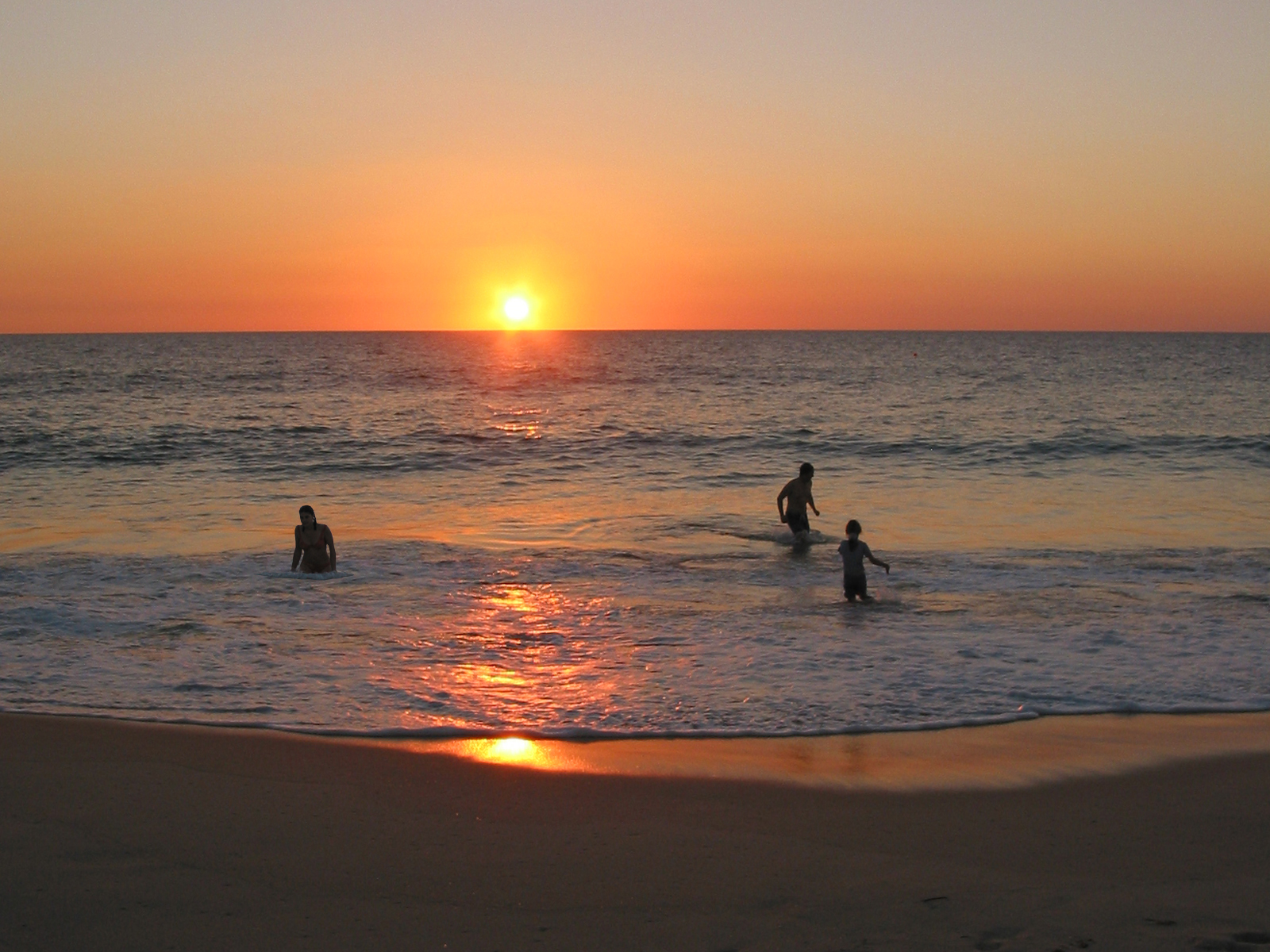 Sunset Swiming Wallpaper and Background Image   1600x1200 ...
