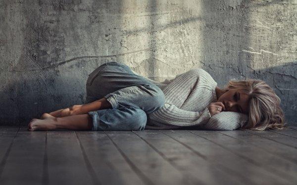 Femmes Humeur Woman Top Model Blonde Lying Down Mur Fond d'écran HD | Image