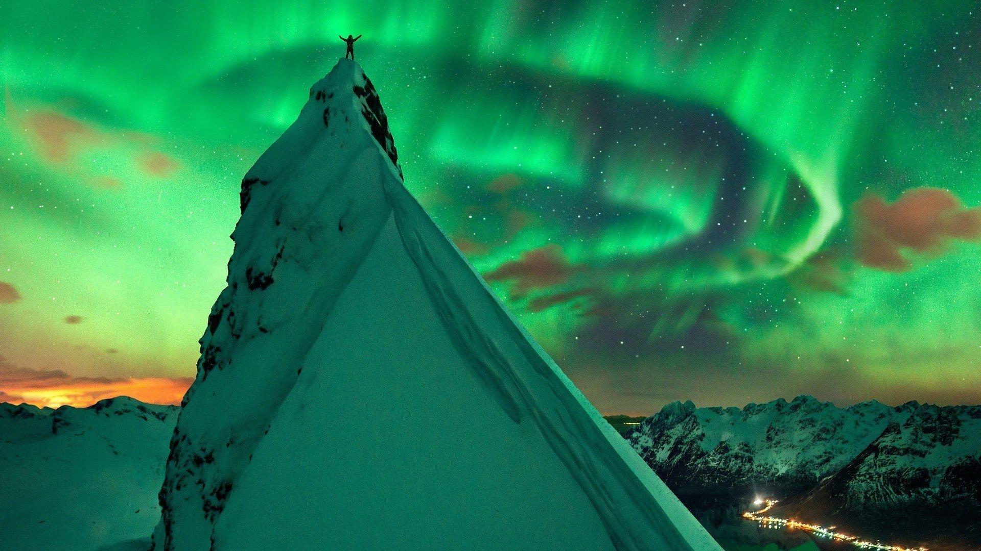 On the mountaintop on aurora borealis night full hd sfondo for Aurora boreale sfondo